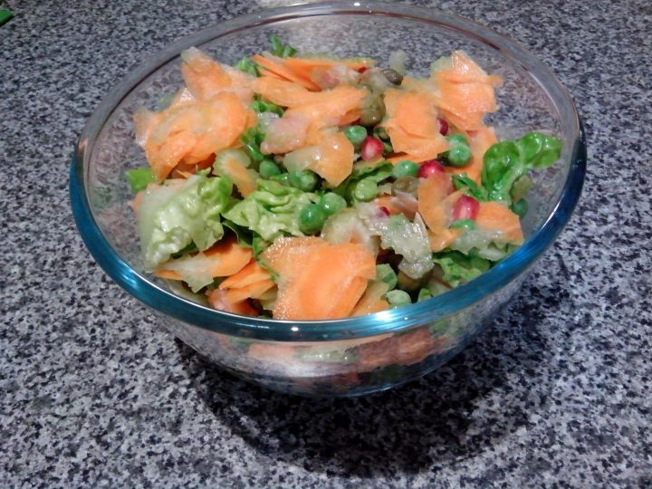 Smoked salmon and pomegranate garden salad